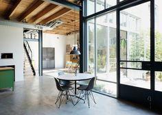 wit interieur met houtaccenten en zwart staal