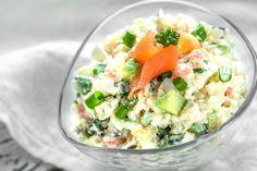 Jeigu po ranka turite virtų ryžių, rekomenduojame išmėginti šias salotas. Skanios, sočios, šventiškai atrodančios, o pagaminamos tikrai greitai. Mums jos pačios skaniausios su basmati arba jasmin ryžių rūšimis, bet puikiai tiks ir kitokie jūsų mėgiami ryžiai. Lašišą, avokadus,