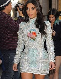 Kim Kardashian enjoyed a date night with Kanye West Sunday, but the reality star still managed to let fans in on the evening by sharing some selfies. Kim Kardashian Paris, Kim Kardashian Wedding, Estilo Kardashian, Kardashian Style, Kardashian Family, Kardashian Photos, Kendall Jenner, Kim Kardashian Kylie Jenner, Kanye West
