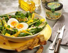 Een frisse en zonnige salade van veldsla, eieren, romige avocado, knapperige gele paprika en een verfijnde kruidendressing. Heerlijk als bijgerecht of als lunch.