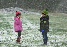 Endlich Schnee! Über den ersten Schnee des Winters freuen sich auch die Geschwister Luisa und Elias dem Steiglberg auf über 750 Meter Seehöhe. Mehr Bilder des Tages auf: http://www.nachrichten.at/nachrichten/bilder_des_tages/ (Bild: Litzlbauer)