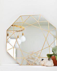 Få inspiration til hvordan du kan pryde væggene derhjemme med smukke DIY projekter.