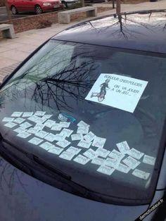 Un automobiliste tente d'énerver les contractuels-policiers en mélangeant des tickets de stationnement