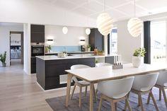 Eksklusivt køkken/alrum med ovenlysvinduer og store panoramavinduer.
