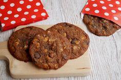 Store cookies med mørk og hvid chokolade.
