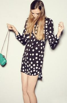 Love 60's fashion! Shift dress + bright handbag