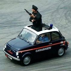 O wat schattig, een hoog 'bassie en Adriaan boeven' gehalte !Carabinieri Fiat 500 #Italie #Fiat 500