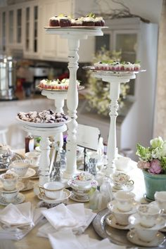 Vintage centerpieces for your favorite bridal shower sweets ! Do It Yourself Wedding, Idee Diy, Tea Cakes, Decoration Table, Vintage Tea, High Tea, Party Planning, Party Time, Tea Party