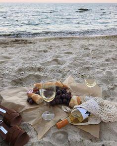 Picnic Date, Beach Picnic, Summer Picnic, Beach Aesthetic, Summer Aesthetic, Aesthetic Food, Summer Feeling, Summer Vibes, Weekend Vibes