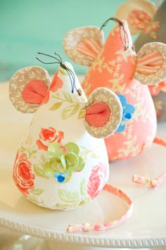 floral mice pin cushions - these are Fig Tree Quilts! Felt Crafts, Fabric Crafts, Sewing Crafts, Sewing Projects, Craft Projects, Diy Crafts, Tree Crafts, Sewing Hacks, Sewing Tutorials