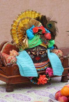 Krishna Birth, Bal Krishna, Radhe Krishna, Home Altar, Laddu Gopal, Radha Rani, Cute Paintings, Lord Krishna Images, Indian Gods