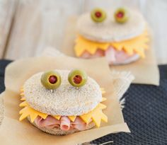 Watch out for these scary monster sandwiches! Their sharp cheese teeth will try and get little fingers. Pop one of these sandwiches into your kid's lunch for a fun surprise. This would be a great idea for Halloween too. Halloween Food Kids, Plat Halloween, Halloween Fingerfood, Healthy Halloween, Halloween Treats, Halloween Foods, Spooky Halloween, Halloween Sandwich, Toddler Halloween