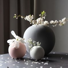 Jan 2020 - We've made a careful selection of home accessories, since the sparkling vases and ornaments to sumptuous tabletop pottery and ceramics. See more ideas about Home accessories, Pottery and Decor. Ikebana, Home Decor Accessories, Decorative Accessories, Gris Rose, Interior Decorating, Interior Design, Arte Floral, Kugel, Dusty Pink