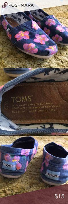 Size 10 TOMS Size 10 floral TOMS. Super cute, great condition! Toms Shoes Espadrilles