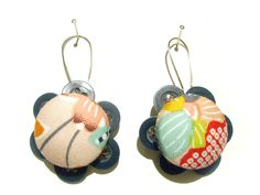 Cada brinco é composto por 7 botões iguais e 1 botão forrado. * Eacho earring is set by 7 equal buttons and 1 linde button.