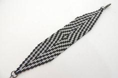 Bracelet sport fashion Womens fabriqués à la main utilisant les perles de verre de qualité plus élevées (Miyuki). Le brassard peut être personnalisé en modifiant la largeur, la longueur et la couleurs avec un temps d'attente entre 3-7 jours. La particularité des verroteries est le brillant