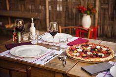Pizza não é mais sinônimo de lanche improvisado. Escolha sabores mais refinados, como tomates secos e presunto parma, por exemplo, e capriche na mesa. Está feito o banquete.  http://www.facebook.com/BrinoxOficial  Locação: Puppi Baggio