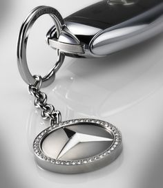 Kiev Key ring in silver-coloured stainless steel. With ring for keys and short chain.Benz star with CRYSTALLIZED Swarovski Elements. Benz Amg, Classic Mercedes, Mercedes Benz Cars, Car Accessories, Key Rings, Silver Color, Swarovski, Key Fobs, Dream Garage