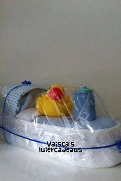 Leuke luierboot onder de fleecedeken en de hydrofiel luiers bevinden zich allemaal papieren luiers