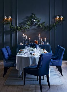 Extraordinary Christmas Dining Room Design Ideas To Celebrate Christmas With More Happy Christmas Interiors, Christmas Living Rooms, Dark Blue Dining Room, New Year Table, Blue Home Decor, Blue Christmas, Christmas Colors, Swedish Christmas, Christmas Kitchen