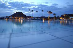 Aulas de trapézio, de culinária e de tênis são algumas das atividades do Club Med Trancoso, na Bahia (além dessa piscina que parece querer alcançar o mar de Trancoso - Bahia - Brasil