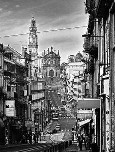Calles de Porto - Calles de Oporto con la iglesia y torre dos Clerigos.