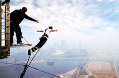 Bungee Jumping na AJ Hackett Macau Tower, na China Esse Bungee Jump tem 764 pés de altura, tornando o local titular no Livro dos Recordes, o Guinness, como o Maior Bungee Jump comercial do mundo. Via Nômades Digitais.