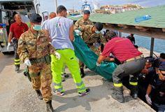 El rescate de los cuerpos en Italia. Foto: Xinhua.  Al menos 132 personas perdieron la vida en el naufragio de un barco de inmigrantes frente a las costas de la isla italiana de Lampedusa, la mañana de este jueves.