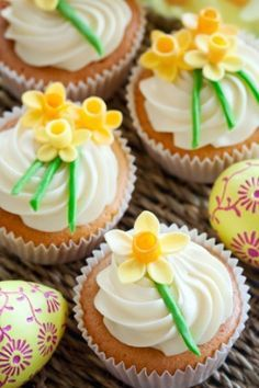 spring cupcakes yellow daffodils