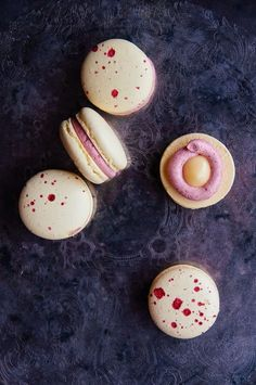 Lemon Raspberry Macarons — - - Ever since I arrived in Tofino,. - Lemon Raspberry Macarons — – – Ever since I arrived in Tofino, I have been as - Ganache Macaron, Macaron Filling, Baking Recipes, Cookie Recipes, Dessert Recipes, Just Desserts, Delicious Desserts, Macaron Cookies, Patisserie