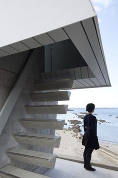 Micro house by Yasutaka Yoshimura slotted between two huge windows. [stairs minimalist and see-through. Space Architecture, Amazing Architecture, Architecture Details, Interior Stair Railing, Stair Handrail, Modern Staircase, Staircase Design, Concrete Stairs, Weekend House