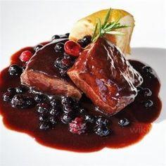 Sirloin steak sauce / Sirloin in purple fruit sauce. Pork Recipes, Gourmet Recipes, Tapas, My Favorite Food, Favorite Recipes, Food Presentation, Food Dishes, Love Food, Food To Make