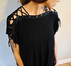 Re-utilizando tus blusas de algodón. Un estilo muy audaz. Necesitarás: – Camiseta vieja o o jersey de algodón.– Un set de ojales metálicos y alicates para insertar en tela– Tijeras.– Máquina de coser. Corta las costuras del hombro, cortar el cuello redondo, cortar mangas. Pespunta a lo largo de los bordes; recorta el exceso de …