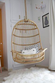 Fauteuil suspendu en osier - se balancer en lisant des histoires ! #hanging chair #wicker chair #girl bedroom