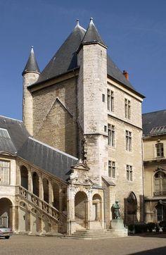 Musée des beaux arts Dijon - La tour de Bar, construite par Philippe le Hardi vers 1365  : 3 salles sont accessibles au rez-de-chaussée (salle du chapitre de la Sainte-Chapelle, où est évoqué le souvenir de la chapelle du palais détruite en 1802) ; 1er étage (pièce résidentielle avec larges fenêtres et cheminée sculptée) et 2e étage (pièce résidentielle où fut retenu prisonnier le roi René d'Anjou, duc de Bar, de 1431 à 1436)