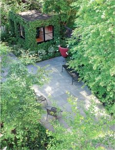 SF-based landscape architect Scott Lewis created a spacious feeling in a small city backyard through the judicious use of hardscape materials. For more of this garden, see Scott Lewis Turns a Small SF Backyard into an Urban Oasis. Landscape Architecture, Landscape Design, House Landscape, Contemporary Landscape, Bluestone Patio, Slate Patio, Covered Garden, Garden Office, Backyard Office