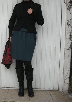 Sukýnka z úpletu Sukýnka je z příjemného úpletu v hezké petrolejove barvě( ve skutečnosti hezčí,sytější barva než na fotce). Střih je do tulipánku. Celková délka včetně pasu v kterém je protažena 4cm široká guma měří 46cm. Obvod pasu v klidu 70cm,max.92cm. Sukýnku zdobí kapsové patky,které jsou zdobeny knoflíky s krajkovou mašličkou.Sukýnka je ...