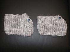 Bonjour à tous et à toutes, Aujourd'hui un tuto pour réaliser des chaussons pour grands enfants ou adultes, pour des débutantes en tricot .... ils ont une drôle d'allure quand on les voit comme ça ... Un peu mieux comme ça n'est-ce pas ?!!!! sur Youtube... Hui, Blog, Crochet, Fashion, Socks, Knitted Slippers, Big Kids, Porte Clef, Fingerless Mittens