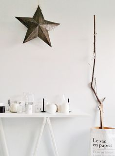 xmas decoration: all white with wood and star Diy Inspiration, Christmas Inspiration, Interior Inspiration, Minimalist Christmas, Scandinavian Christmas, Mistletoe And Wine, Star Candle, Christmas Interiors, Christmas Fashion