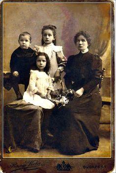 József Attila, József Jolán, József Áronné, elöl József Etelka - Budapest 1908.