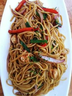How to make a Chicken Chow Mein that really does taste as good as what you get at Chinese restaurants.Its all about good quality ingredients. Peruvian Dishes, Peruvian Cuisine, Peruvian Recipes, Sauce Pesto, Diet Recipes, Cooking Recipes, Chicken Chow Mein, Spaghetti, Asian Recipes