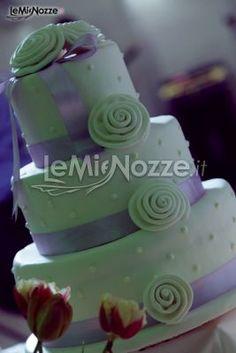 http://www.lemienozze.it/operatori-matrimonio/luoghi_per_il_ricevimento/masseria-matrimonio-a-bari/media/foto/21  Torta nuziale multipiano in verde e nastri viola