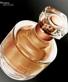 Perfume Natura una sobre una base inclinada