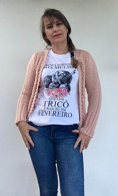 Cardigan Rose com Pérolas Cardigan Rosa, Knit Cardigan Pattern, Graphic Sweatshirt, Knitting, Sweatshirts, Sweaters, Fashion, Knitted Hats, Knit Cardigan