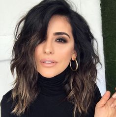 Fashionable Balayage Hair Color Ideas For Brunettes - Beauty Tips Curly Hair Styles, Medium Hair Styles, Dark Short Hair Styles, Short Black Hair, Colored Short Hair, Black Lob, Black Hair Cuts, Fall Hair Cuts, Haircuts For Wavy Hair