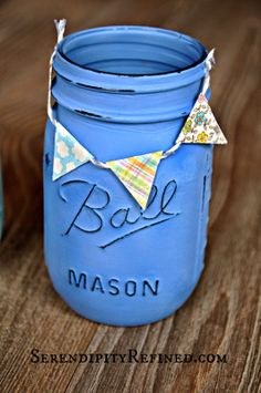 Chalk Painted Mason Jar with Paper Flag Banner Chalk Paint Mason Jars, Painted Mason Jars, Diy Home Crafts, Crafts For Kids, Home Decor Chalkboard, Burlap Mason Jars, French Country Style, Decorating On A Budget, Glass Jars