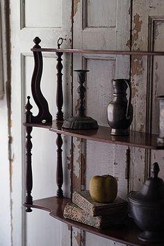 景色織りなす飾り棚-antique wall shelf マホガニーの艶めく上質な素材、側面からのアールを掛けたデザインが美しく、より一層見目麗しい。奥行き薄い棚ですので、階段の脇、エントランスの壁、また卓上に置いて自立出来る仕様の為出窓の桟に置き、段で高さの変化を付けたディスプレイに。