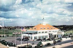 Howard Johnson's in Rego Park, check out the Trylon & Perisphere from the 1939 New York World's Fair in the background Forest Hills Queens, Rego Park, Howard Johnson's, Queens Nyc, World Of Tomorrow, Kew Gardens, City That Never Sleeps, World's Fair, New York City