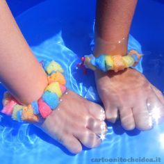 A tutti piacciono i braccialetti: sono allegri e colorati. Questi di spugna, poi, sono anche divertenti! Possiamo giocarci in acqua e vederli gonfiare! Vediamo insieme come si costruiscono.