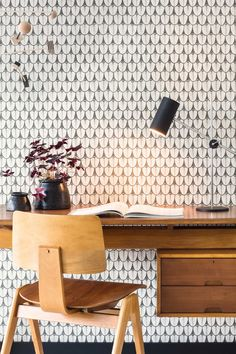 Our strikingly sophisticated Narina Wallpaper forms part of Cole & Son's Ardmore Collection. It features a soft water coloured geometric design using the stylised feathers of the Narina Bird for a delicate wall feature. Eclectic Wallpaper, Neutral Wallpaper, Plain Wallpaper, Black And White Wallpaper, Contemporary Wallpaper, Beautiful Wallpaper, Wallpaper 2017, Wallpaper Collection, Wallpaper Decor